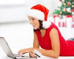 femme faisant ses courses en ligne avec un bonnet de père Noël