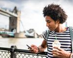 voyageur avec smartphone en main