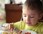 enfant mangeant des knackis