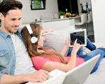 couple avec tablette, ordi et casque audio