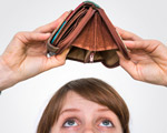 femme regardant son porte-monnaie vide
