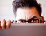 internaute se cachant derrière son ordinateur