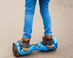 enfant sur un hoverboard